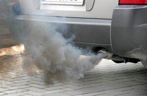auto che emette gas inquinante